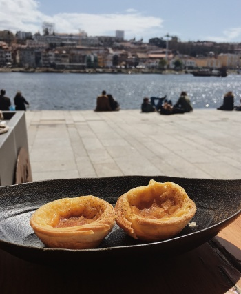 pastel de nata at cafe do cais